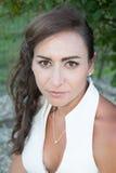 Mujer con el pelo oscuro de largo recto que lleva el top clásico del blanco Fotos de archivo libres de regalías