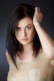 Mujer con el pelo oscuro en sacudida Fotos de archivo libres de regalías