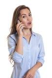 Mujer con el pelo oscuro largo que habla en el teléfono Fotos de archivo