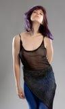 Mujer con el pelo púrpura y el top escarpado Imágenes de archivo libres de regalías