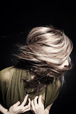 Mujer con el pelo que agita en viento Fotos de archivo