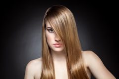 Mujer con el pelo recto largo Imagen de archivo