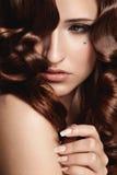 Mujer con el pelo rizado Imágenes de archivo libres de regalías