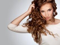 Mujer con el pelo rizado hermoso Fotos de archivo