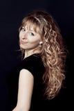 Mujer con el pelo rizado largo Fotos de archivo libres de regalías