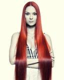 Mujer con el pelo rojo largo Foto de archivo libre de regalías