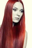Mujer con el pelo rojo largo Fotos de archivo
