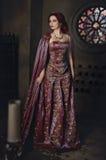 Mujer con el pelo rojo que lleva el atuendo real elegante Foto de archivo libre de regalías