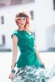 Mujer con el pelo rojo y el vestido verde Fotografía de archivo
