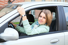 Mujer con el pelo rubio en coche Imágenes de archivo libres de regalías