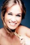 Mujer con el pelo rubio fuerte y la sonrisa hermosa Fotografía de archivo