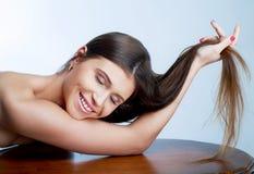 Mujer con el pelo sano largo Fotos de archivo