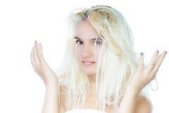 Mujer con el pelo sucio en el fondo blanco Imágenes de archivo libres de regalías