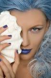 Mujer con el pelo y la cáscara azules de la persona Foto de archivo