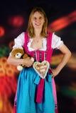 Mujer con el peluche y pan de jengibre en la feria de diversión Imagen de archivo libre de regalías