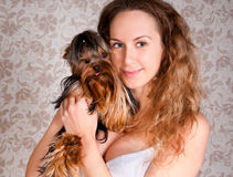 Mujer con el pequeño perro lindo del terrier de York Fotos de archivo