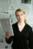 mujer con el periódico fotos de archivo