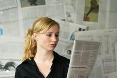 mujer con el periódico Foto de archivo libre de regalías