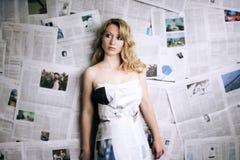 mujer con el periódico Imagen de archivo