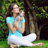 Mujer con el perrito Imagen de archivo libre de regalías