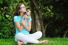 Mujer con el perrito - retrato al aire libre Fotos de archivo