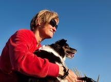 Mujer con el perro Fotos de archivo