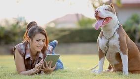 Mujer con el perro almacen de metraje de vídeo