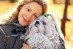 Mujer con el perro Fotografía de archivo libre de regalías