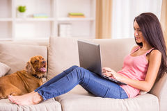 Mujer con el perro foto de archivo libre de regalías