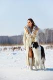 Mujer con el perro al aire libre Foto de archivo libre de regalías