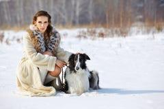 Mujer con el perro al aire libre Imágenes de archivo libres de regalías