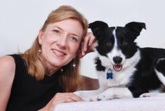 Mujer con el perro, collie de frontera Fotos de archivo libres de regalías