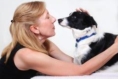 Mujer con el perro, collie de frontera Imagenes de archivo