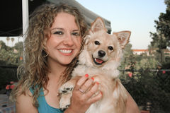 Mujer con el perro de animal doméstico Fotografía de archivo