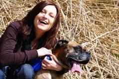 Mujer con el perro del bullmastiff imagen de archivo libre de regalías