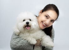 Mujer con el perro del frise del bichon Imagen de archivo