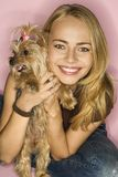 Mujer con el perro del terrier de Yorkshire. Foto de archivo libre de regalías