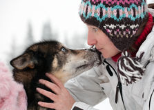 Mujer con el perro fornido imagen de archivo libre de regalías