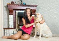 Mujer con el perro perdiguero de Labrador Imágenes de archivo libres de regalías