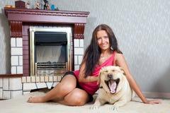 Mujer con el perro perdiguero de Labrador Fotografía de archivo