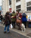 Mujer con el perro que da prospectos en la parada anti del mercado de UKIP en Thanet South Foto de archivo libre de regalías
