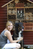 Mujer con el perro que muestra el hotel del insecto Imagenes de archivo