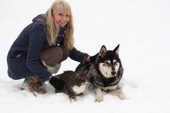 Mujer con el perro y el gato Fotografía de archivo libre de regalías