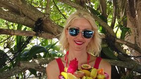 Mujer con el plato de fruta tropical almacen de video