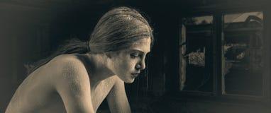 Mujer con el polvo que presenta en vieja atmósfera Imagenes de archivo