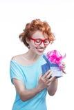 Mujer con el presente Imagen de archivo