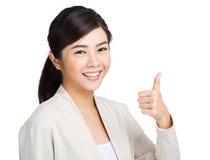 Mujer con el pulgar para arriba Imágenes de archivo libres de regalías