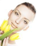 Mujer con el ramo amarillo de los tulipanes Fotografía de archivo libre de regalías