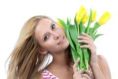Mujer con el ramo amarillo de los tulipanes de flores Fotografía de archivo