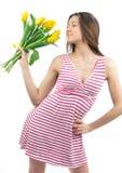 Mujer con el ramo amarillo de los tulipanes de flores Fotografía de archivo libre de regalías